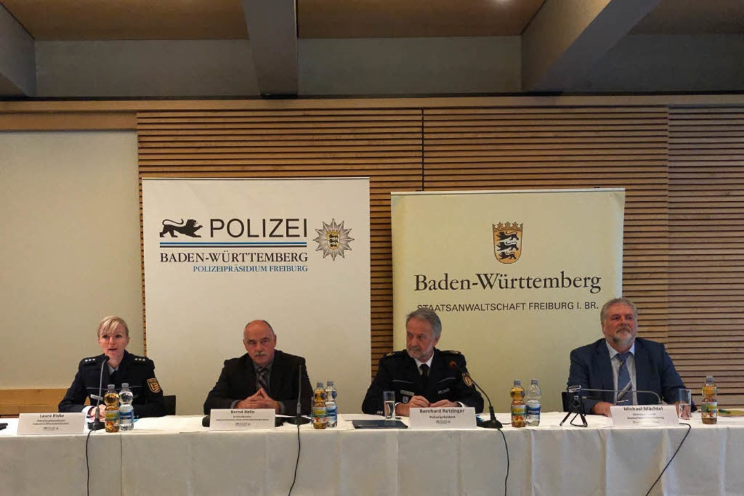 Auf dem Podium (v.l.): Laura Riske (Po...tsanwalt Staatsanwaltschaft Freiburg).  | Foto: Daniel Laufer