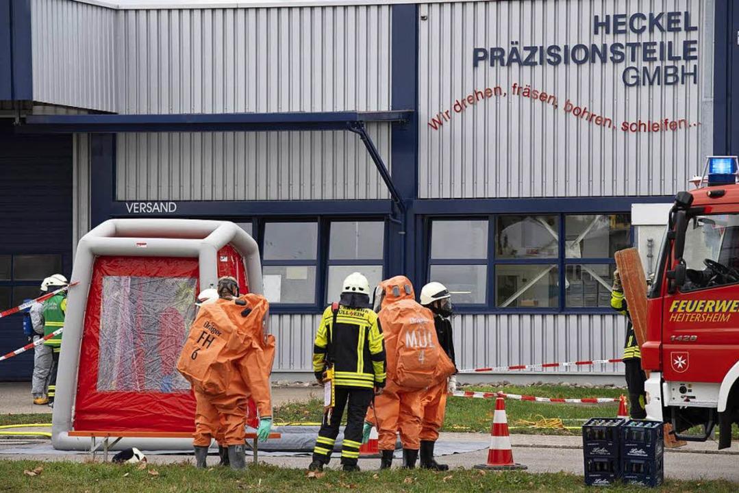 Der Gefahrgutzug der Feuerwehr ist in Heitersheim im Einsatz.  | Foto: Volker Münch