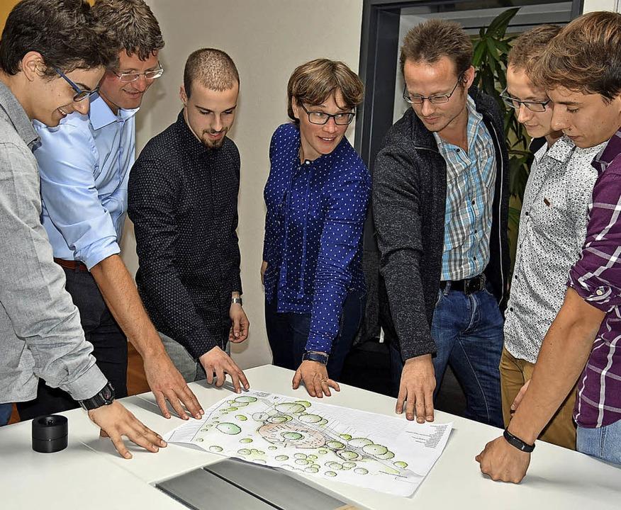 Schauen sich gemeinsam den Plan für ei... Maximilian Franz und Raphael Bühler.   | Foto: Siefke/stadt