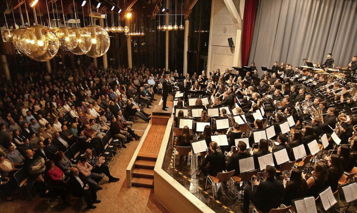 100 Musiker lieferten drei Deutschland...einer ausverkauften Sternenberghalle.     Foto: W.  Künstle