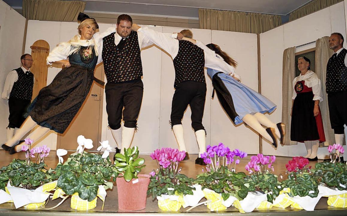 Ein beflügelnder Anblick: Beim Tanz &#...arianne Fischer und Sonja Müller) vor.    Foto: Silke Hartenstein