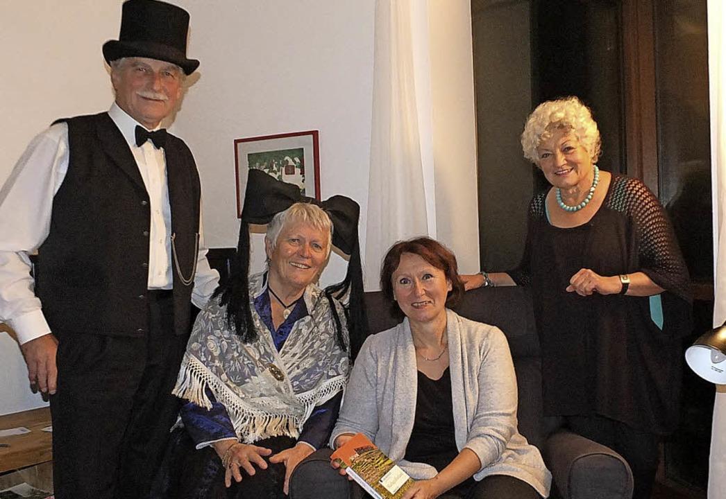 Heinz-Peter Oehler (von links), Hannel...ra Riess und Gastgeberin Monika Haller  | Foto: Martina David-Wenk