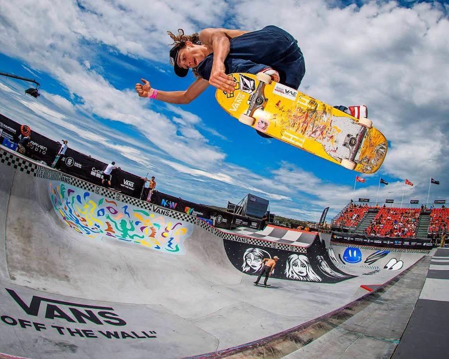 Ein Skateboarder trainiert bei der Vans Park Skateboarding WM-Tour in Sydney.   | Foto: dpa