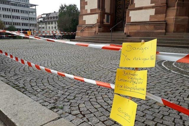 Taubengitter fällt vom Turm auf Stühlinger Kirchplatz
