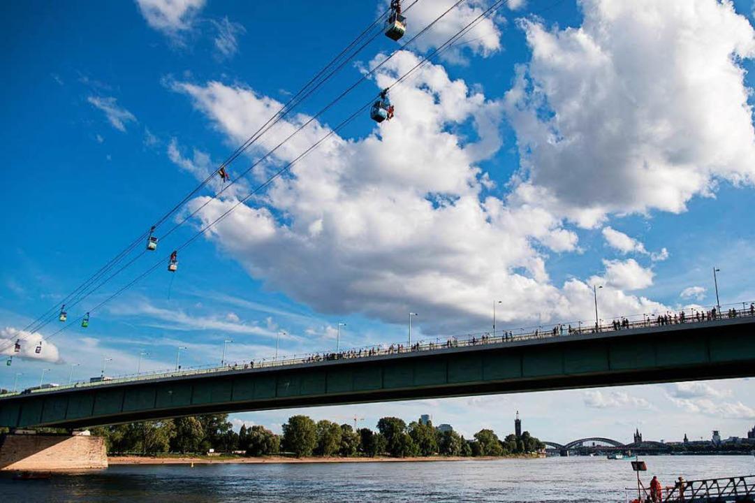 Eine Seilbahn soll den Europa-Park mit...: die Seilbahn in Köln über den Rhein)  | Foto: dpa