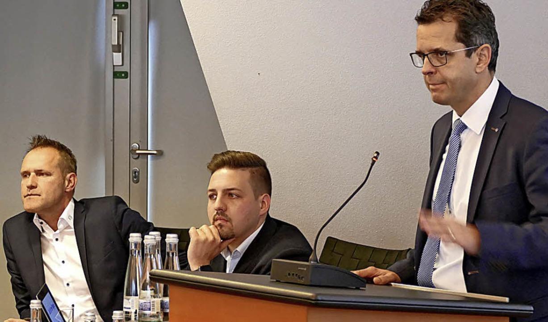 Vorstandsvorsitzender  Peter Rotteneck...r und Mario Leutner  als Coaches vor.   | Foto: Constantin Hegel