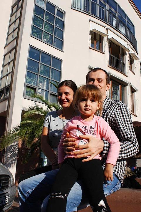 Khrystyna mit ihren Eltern Roman und Oksana Volianiuk   | Foto: Fässler