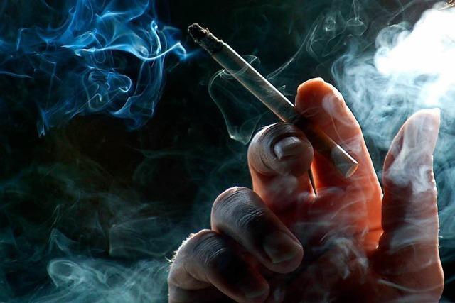 22-jähriger Mann raucht auf dem Balkon und stürzt sechs Meter in die Tiefe