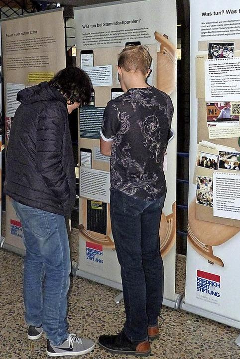Schüler in der Ausstellung vor dem Sekretariat     Foto: Presse-AG