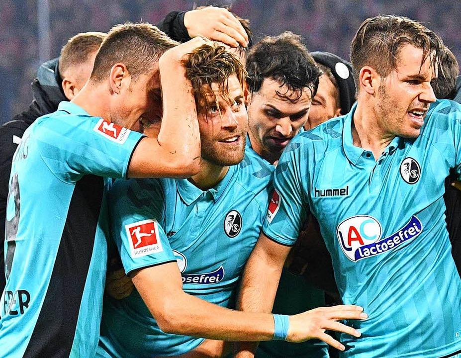 Nach seinem Treffer zum 1:1 in München...n links) von seinen Kollegen gefeiert.  | Foto: achim keller/dpa