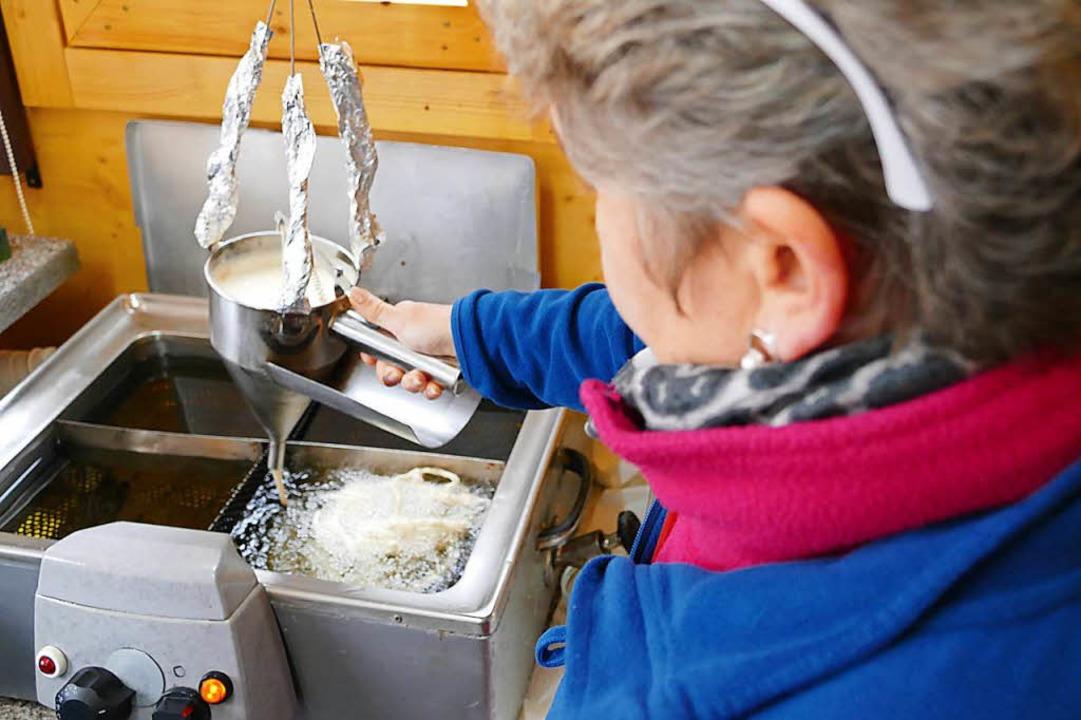 Der Teig wird in heißes Öl gespritzt.  | Foto: Sophia Hesser