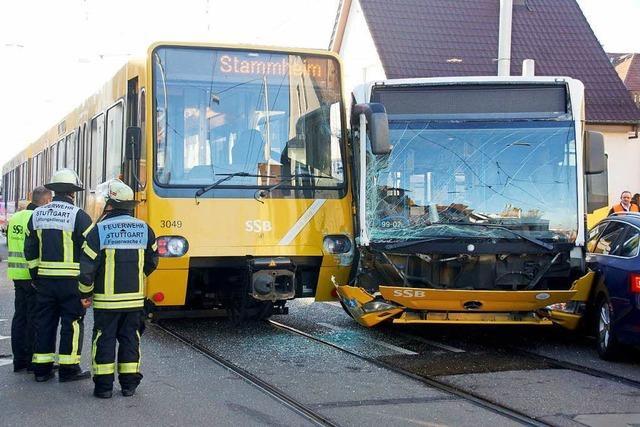 Drei Verletzte bei einem Unfall zwischen Bus und Bahn in Stuttgart