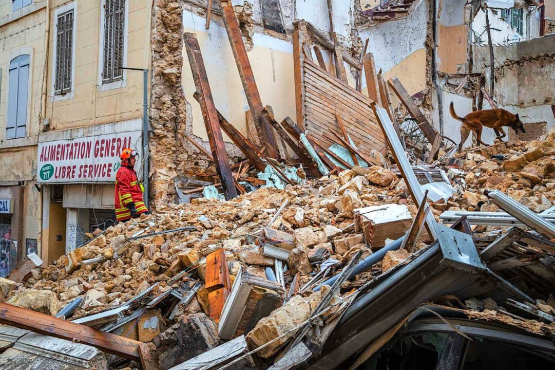 Staub und Schutt, mehr scheint nicht g...ürzten Gebäuden im Zentrum Marseilles.  | Foto: AFP