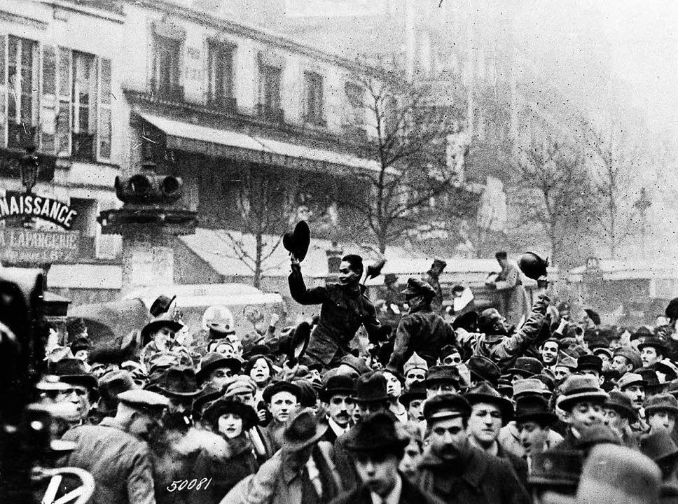 Die Pariser feiern mit amerikanischen ...918 den Sieg über das Deutsche Reich.   | Foto: dpa