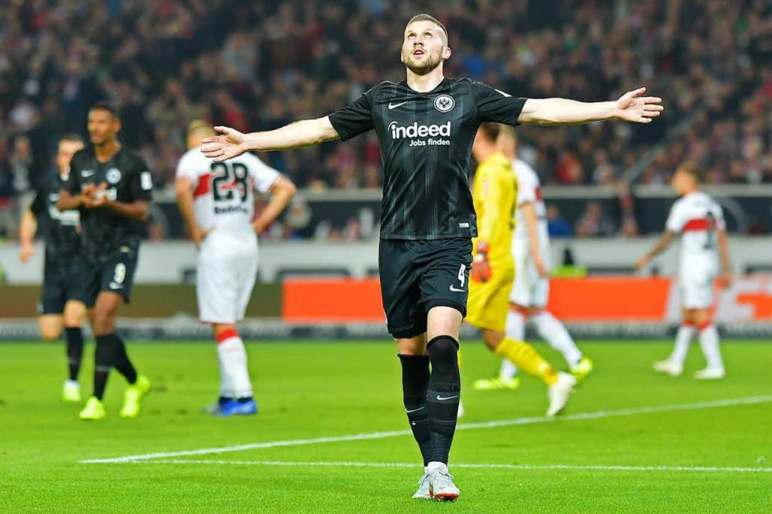 Frankfurts Ante Rebic jubelt über sein Tor zum 0:2 in Stuttgart.  | Foto: dpa