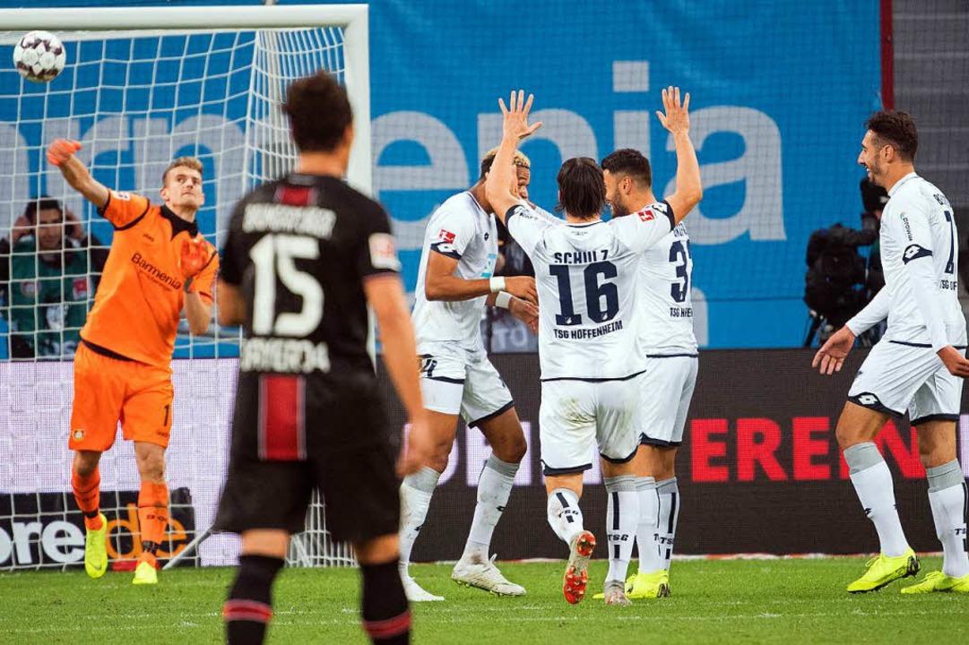 Hoffenheims Spieler feiern das 1:4 gegen Leverkusen.  | Foto: dpa