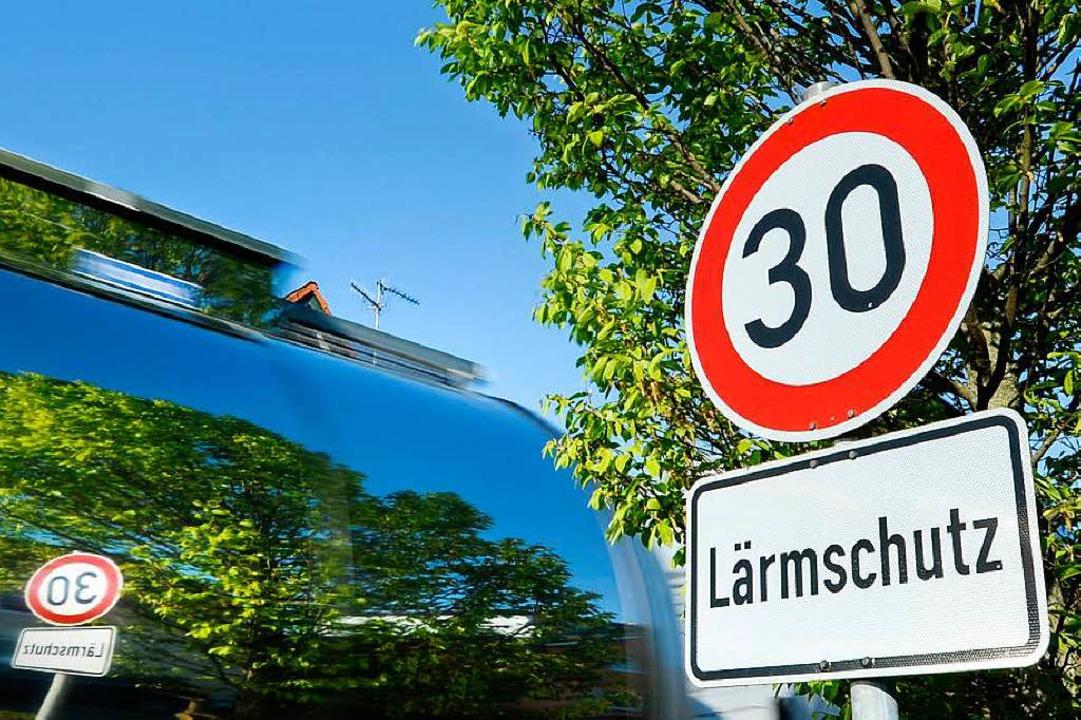 In Falkensteig gilt bald Tempo 30 &#82... neuen Tempolimits auch kontrollieren.  | Foto: Felix Kästle