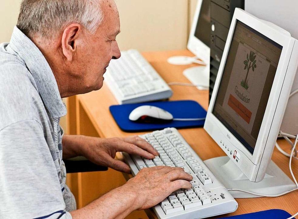 Das Smartphone oder der Tablet/PC müss...eiter im Alltag älterer Menschen sein.  | Foto: dpa