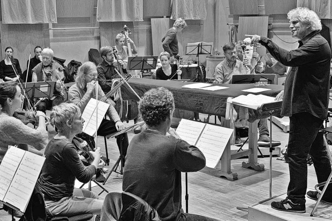 Liebe auf den ersten Ton: Sir Simon Ra...r Barockorchester – in Freiburg.  | Foto: Stefan Lippert/FBO