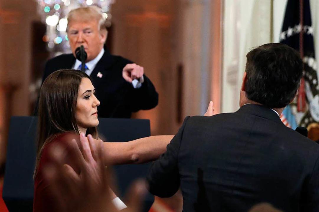 Der Sender CNN verteidigt das Verhalte...nes Reporters Acosta (rechts im Bild).    Foto: dpa