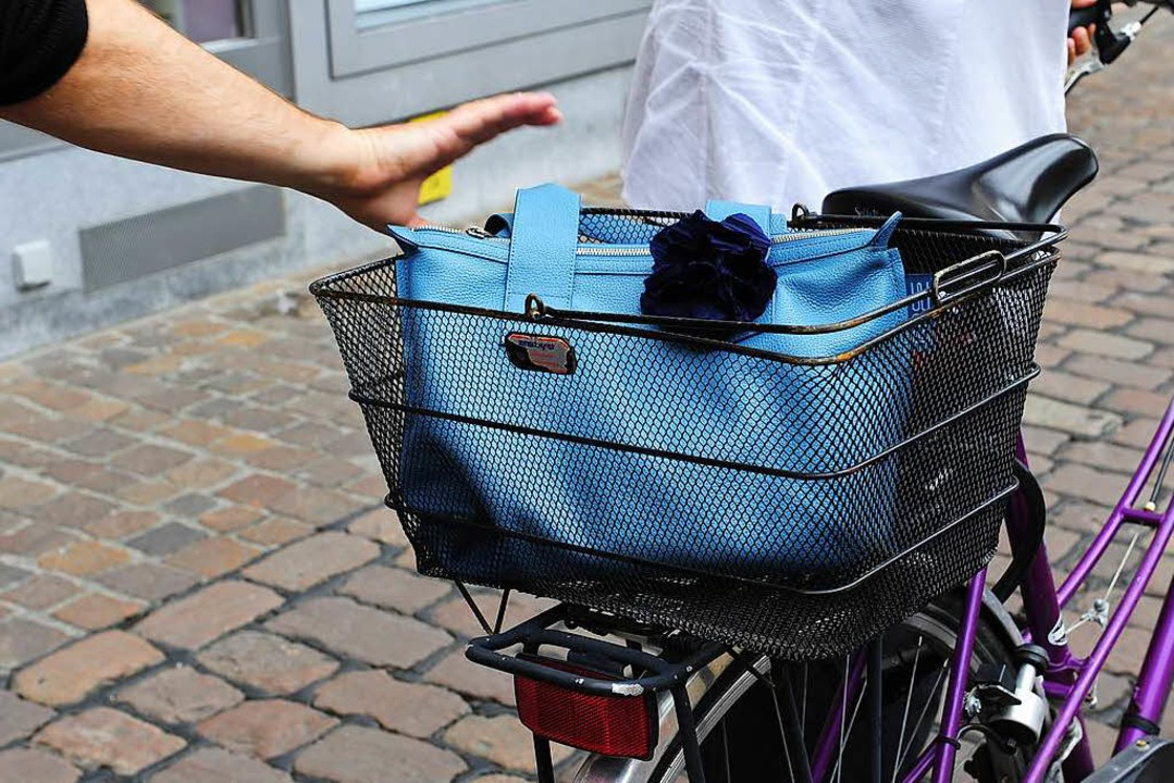Diebe haben es oft auf Taschen in Fahrradkörben abgesehen. (Symbobild)  | Foto: Ingo Schneider