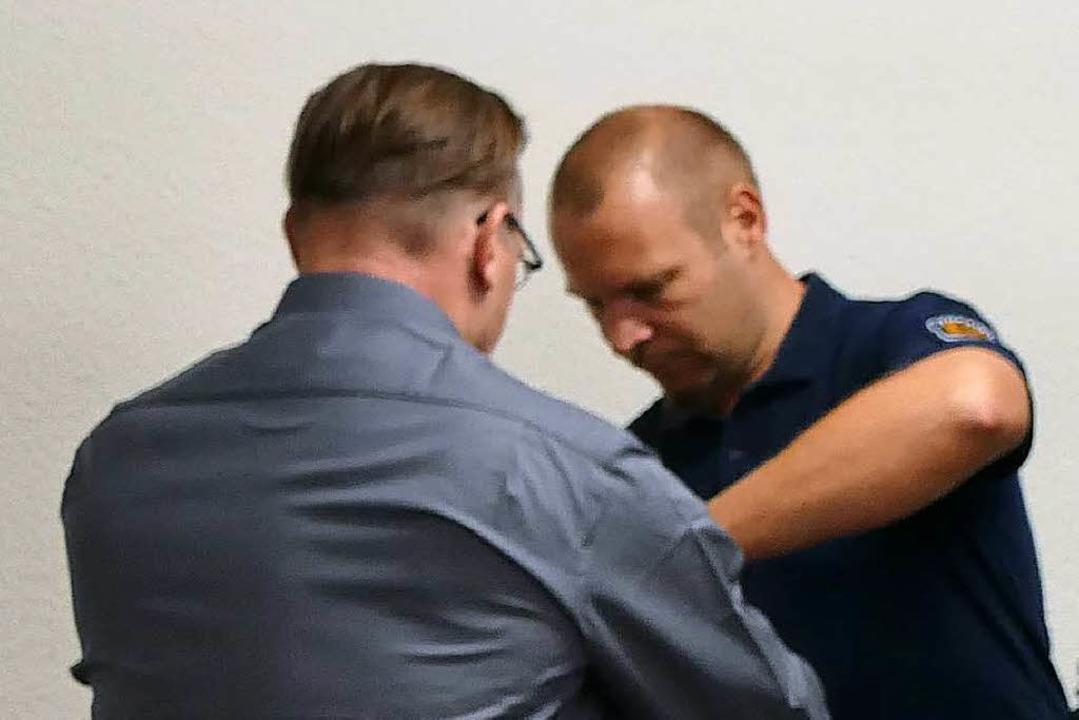 Der Angeklagte  in Handschellen  | Foto: Mark Alexander