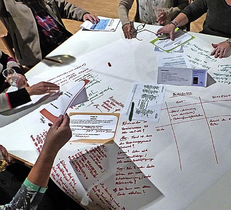 Auf den Tischen werden Ideen protokolliert.     Foto: Bachmann-Goronzy