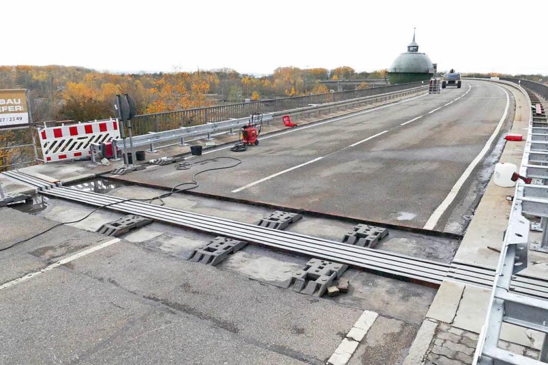 Die neuen Fahrbahnübergänge auf dem Palmrainzubringer sind bereits eingepasst.    Foto: Ulrich Senf