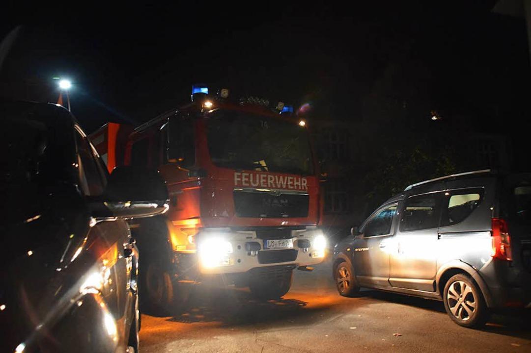 Nichts geht mehr: Das Feuerwehrauto ka...in die Hausener Schulstraße einbiegen.  | Foto: Stefan Ammann