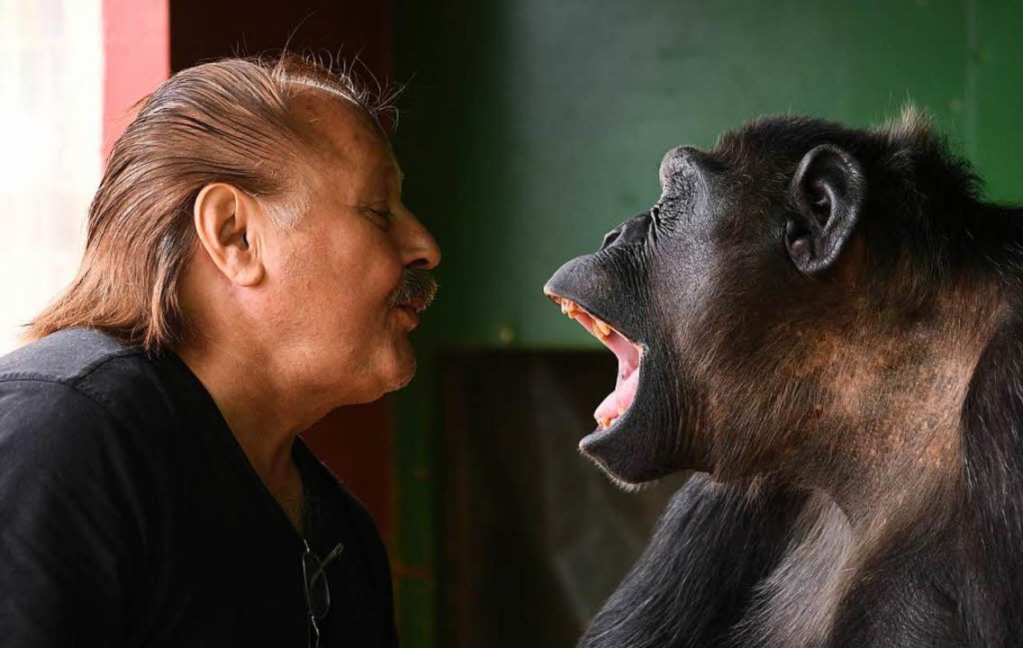 Der Affe Robby und Klaus Köhler, der Direktor des Zirkus Belly  | Foto: dpa