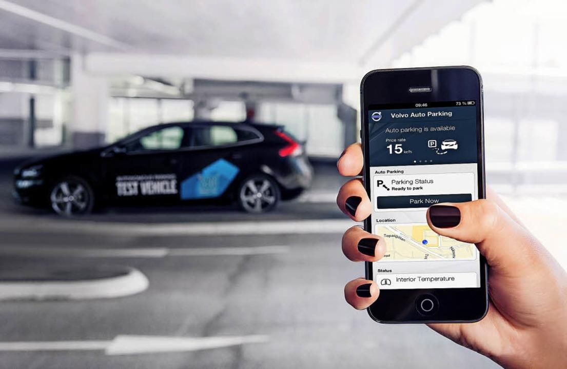 Elektronischer Diener:Per Smartphone-... und später auf Wunsch wieder zurück.   | Foto: Volvo/dpa