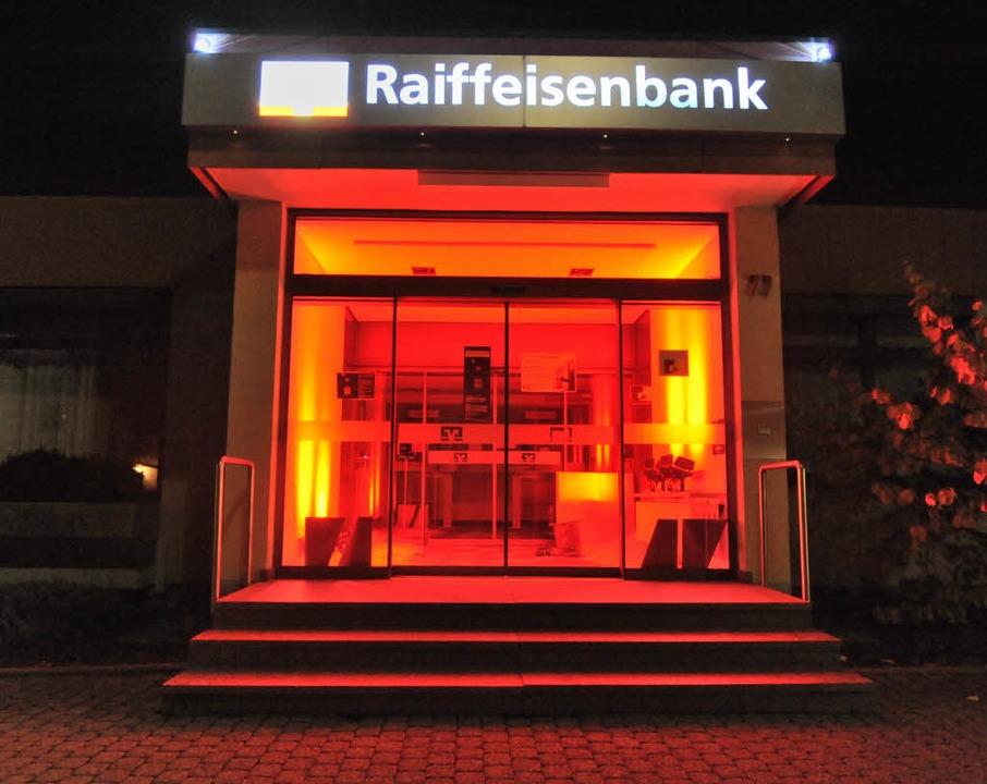 Verführerisch rot lockt das ehemalige ...iffeisenbank Denzlingen-Sexau nächtens  | Foto: Markus Zimmermann