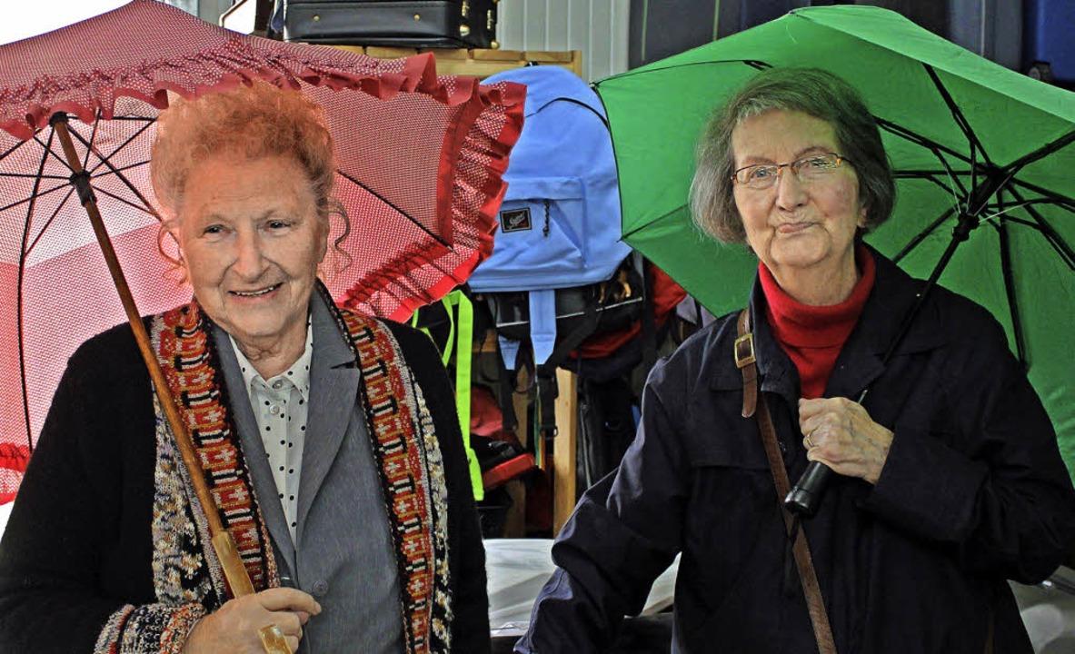 Irmgard Mainer (links) und Annelise Gr... bunte Schirmangebot der Schatzinsel.   | Foto: Sophia Kaiser