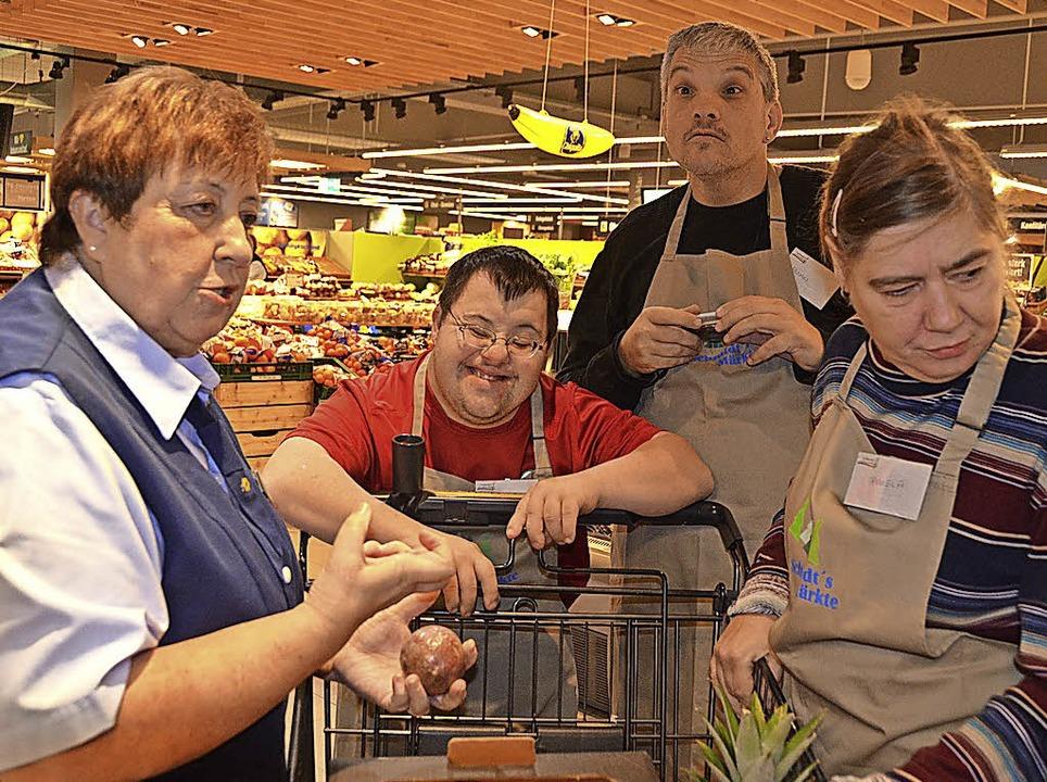 Elfriede Schmidt (links)  zeigt den Gä...lfe beim Abschmecken der Avocadocreme.    Foto: Christiane Sahli