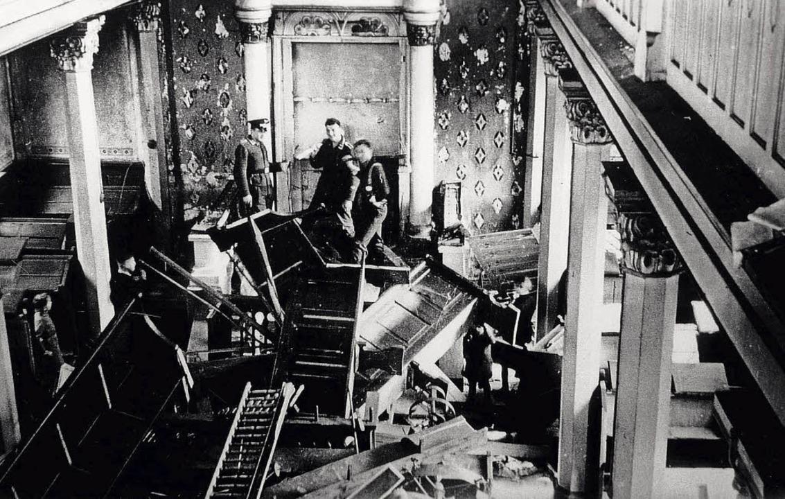 Nationalsozialisten bei der Zerstörung der Synagoge in Kippenheim  | Foto: Repro: Norbert Klein