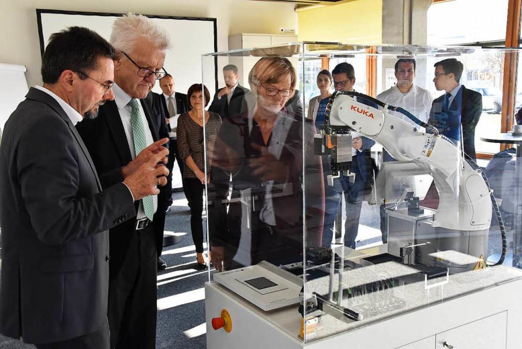 Sensopart-Chef Theodor Wanner (links) ...mann die neuesten Sensopart-Produkte.     Foto: Manfred FRietsch