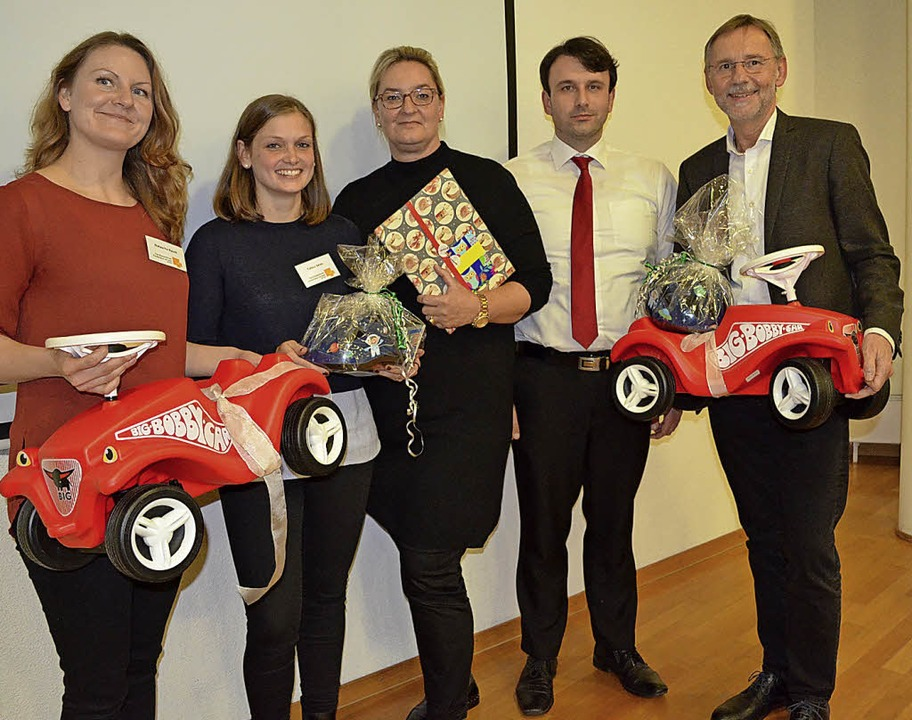 Bobbycars zur Eröffnung:   Natascha Ra...auch, Gerhard Bukow und Ewald Dengler   | Foto: Britta Wieschenkämper