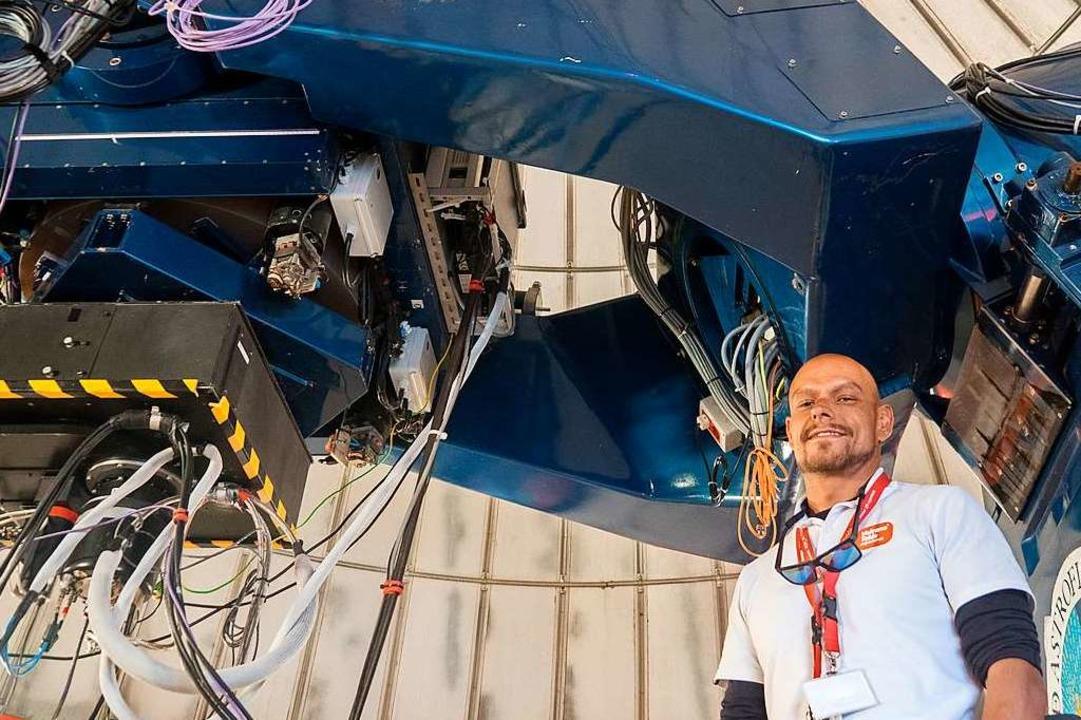 Guide Jesús Mesa Rodríguez befindet si...chtteleskops, das er Besuchern  zeigt.  | Foto: Andrea Drouve