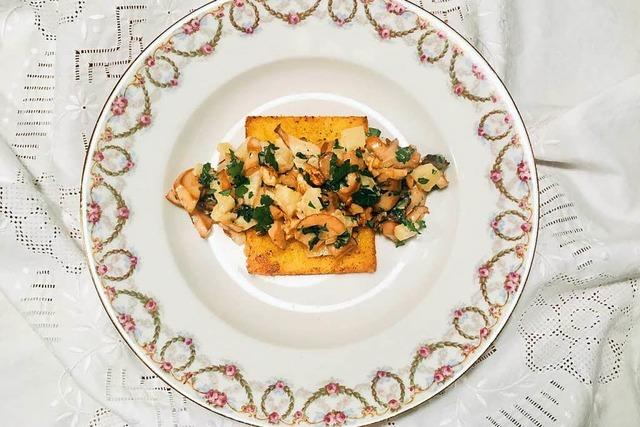 Polentaschnitte mit Pilzragout: ein goldbraun-knuspriges Herbstgericht