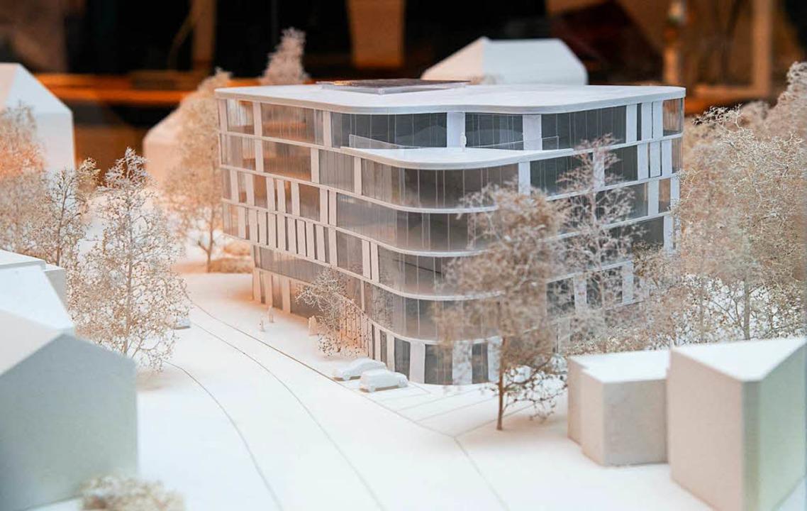 Ein Modell visualisiert das architektonische Konzept des geplanten Neubaus.  | Foto: Volker Münch