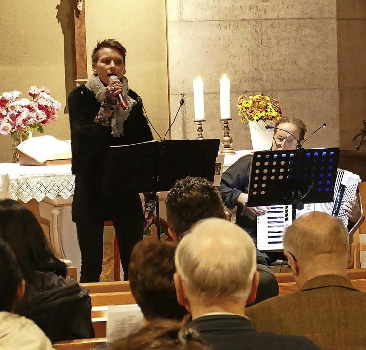 Le Chajim mit Sängerin Silke Bruder un...kkordeon spielten auch neuere Stücke.   | Foto: Frank Leonhardt