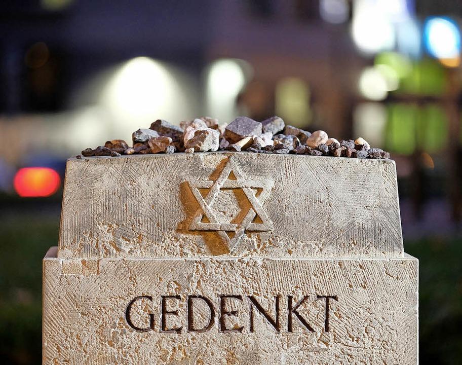 Gedenkstein am Standort der vor dem Zw... der Reichspogromnacht vor 80 Jahren.   | Foto: dpa