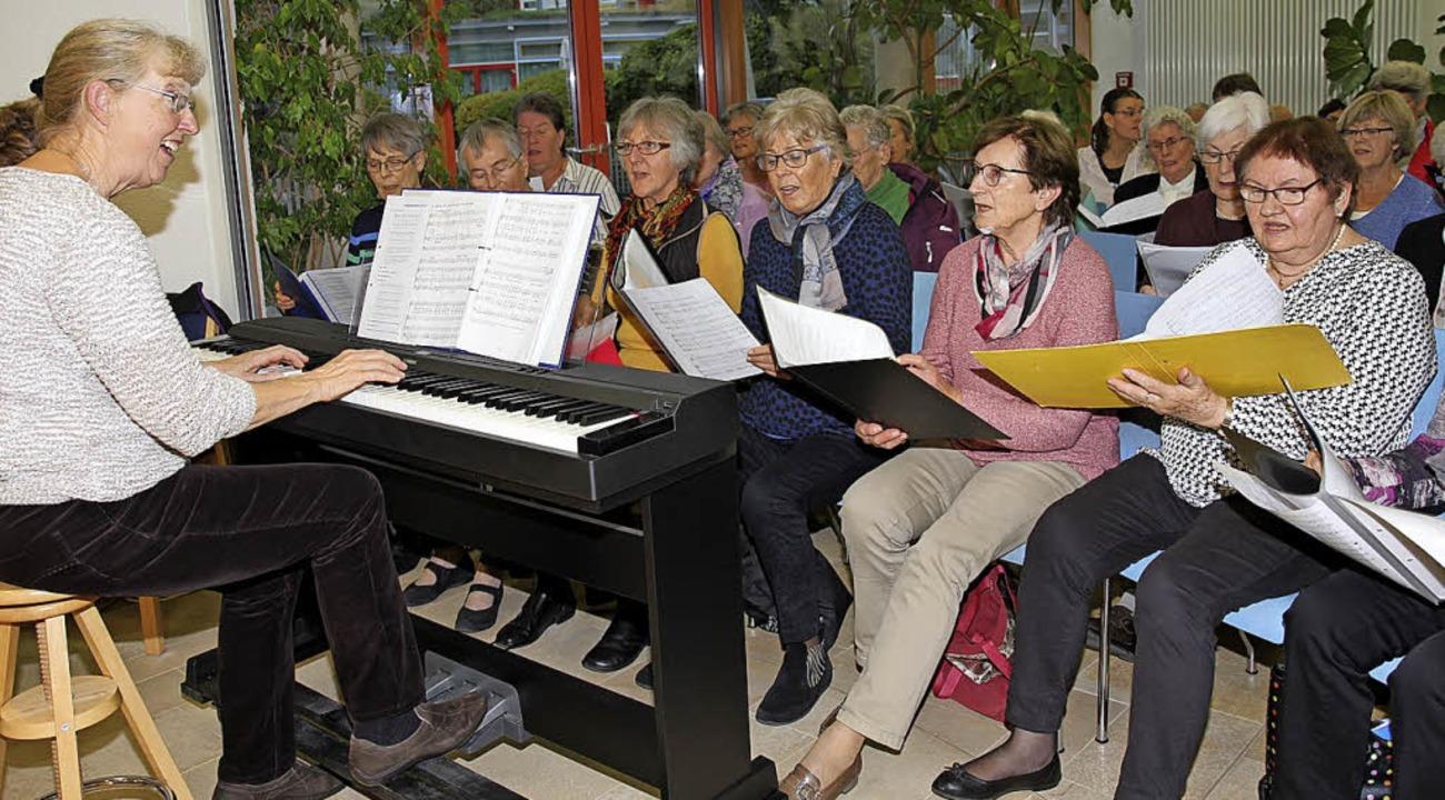 Ruth Uhlenhoff (links) und der Mehrgen...biläumskonzert im Caritas-Pflegeheim.   | Foto: Dagmar Barber