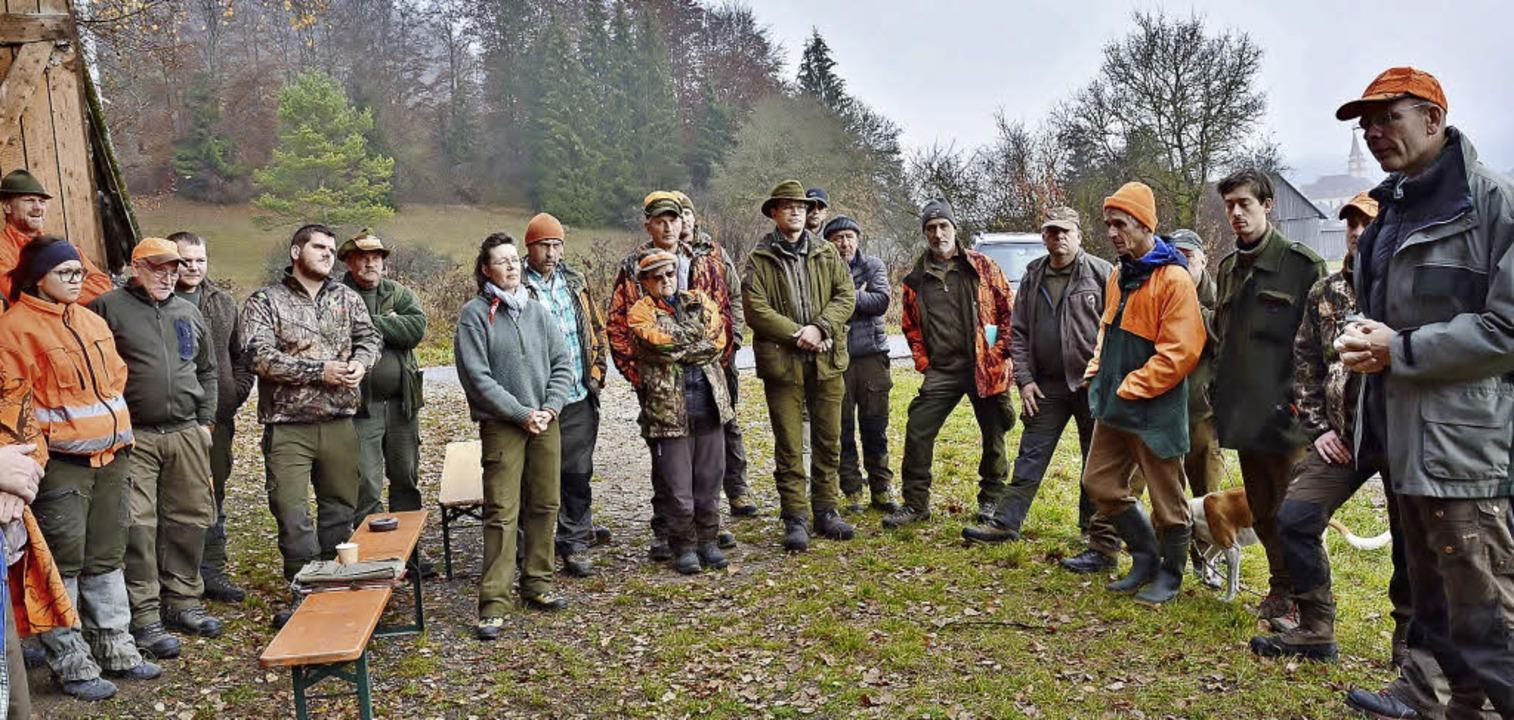 Bevor die Büchsen gespannt werden: Jen... die bevorstehende Jagd eingewiesen.    | Foto: Beathalter