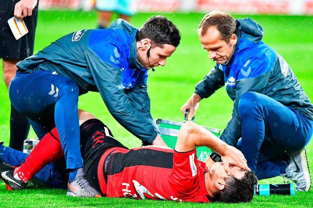 Nicolas Höfler verletzte sich in der Schlussphase der Partie schwer.  | Foto: Achim Keller