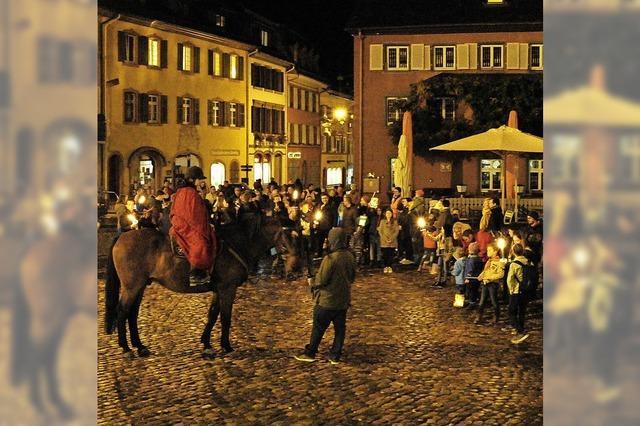 Auf den Staufener Marktplatz kam Sankt Martin hoch zu Ross