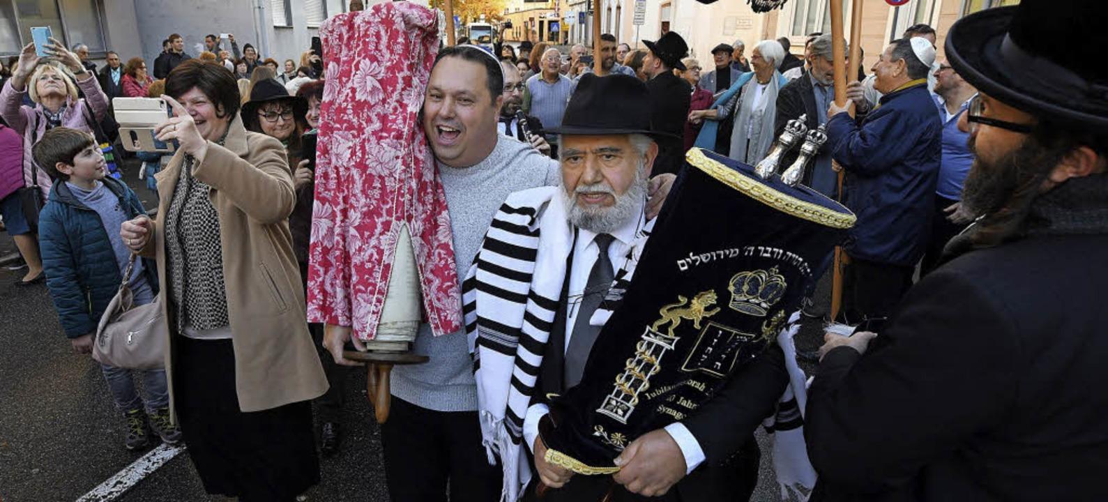 Nach dem Festakt im Davidsaal wurde di... die Straße in die Synagoge gebracht.   | Foto: Juri Junkov