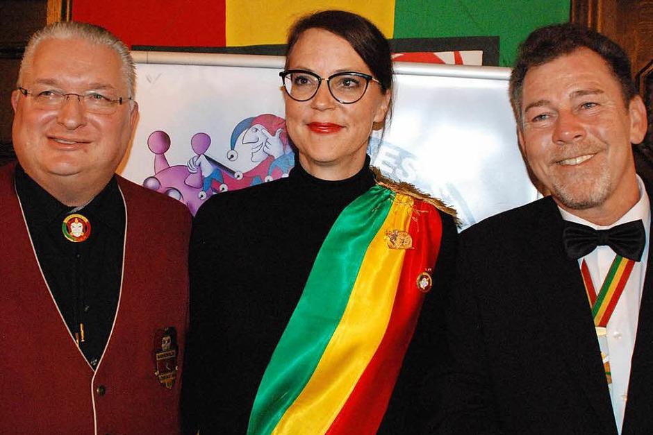 Monika Neuhöfer-Avdic (Mitte) ist neue Protektorin der Lörracher Fasnacht. Hier flankiert von Obergildenmeister Jörg Rosskopf (links) und Ozume Andreas Glattacker (Foto: Maja Tolsdorf)