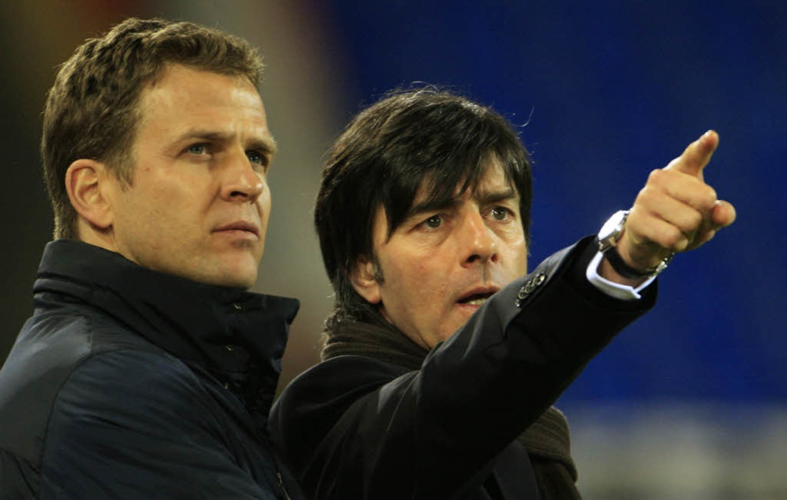 Was ist ein Kader? Bei der deutschen F...für den Kader. Links: Oliver Bierhoff.  | Foto: AFP