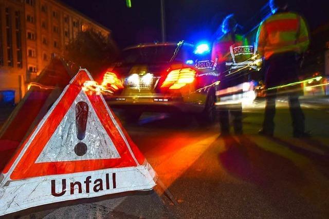 Totalschaden: Auto überschlägt sich bei Hausen